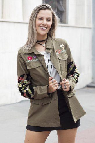 Gabriela Fernandes vestindo parka militar bordada