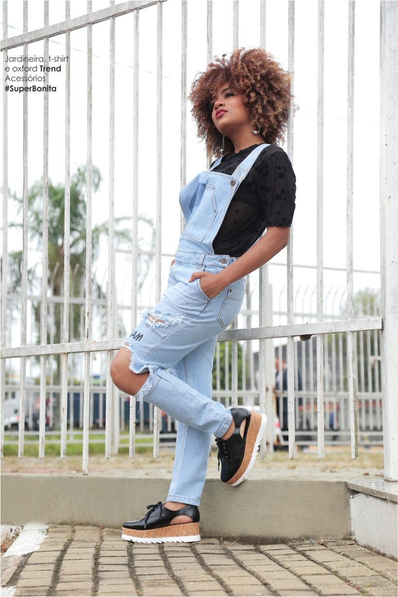 Jardineira jeans destroyed com oxford flatform