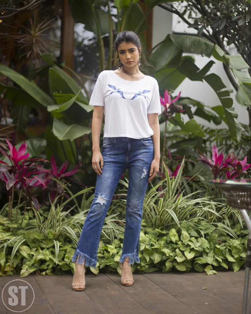 jeans com franjas com t-shirt de andorinhas