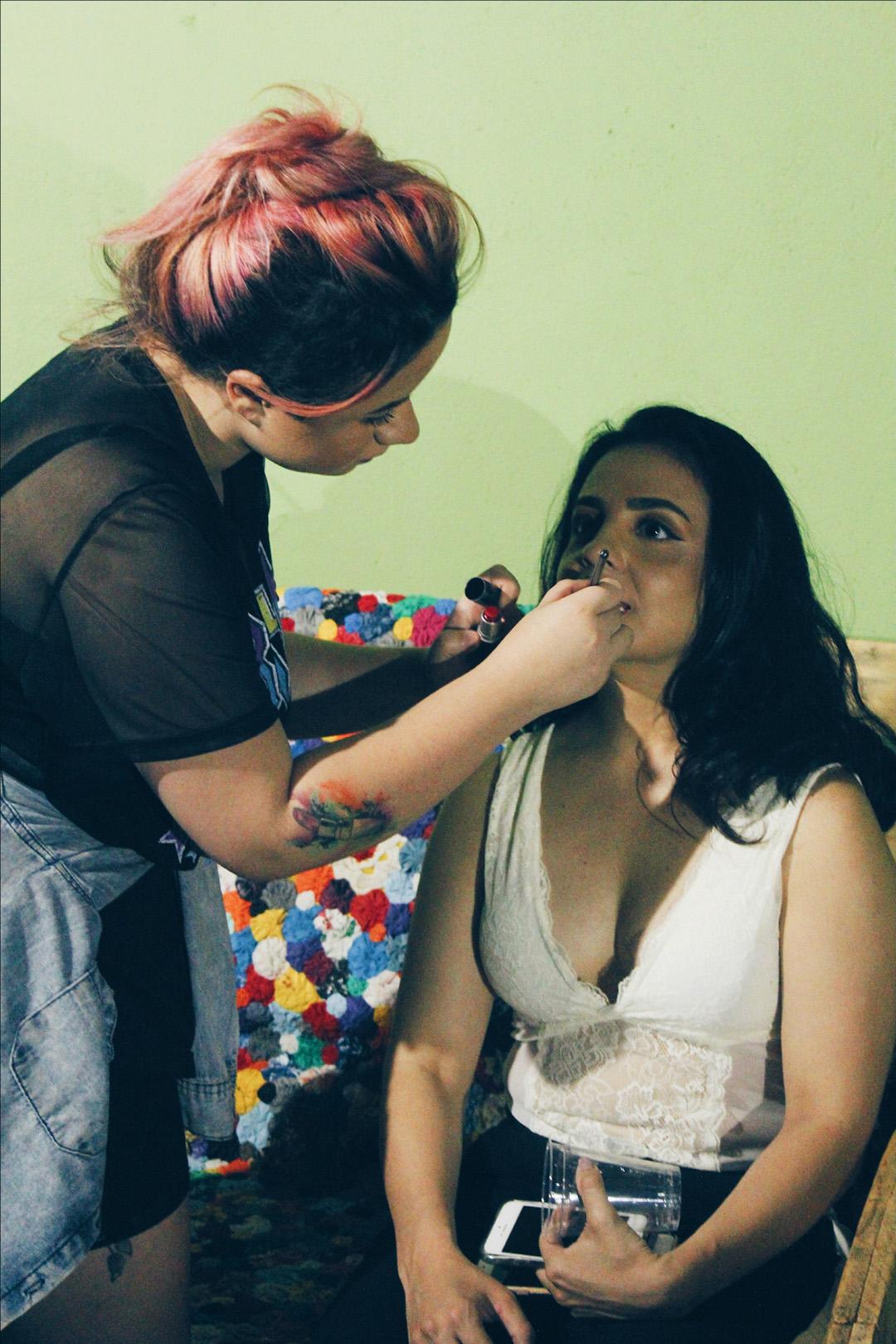 Karina Bandeira retoca a maquiagem das convidadas no coquetel da Loja Morena Flor Roupas