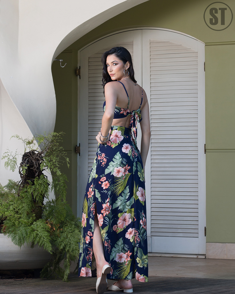 Vestido longo com recortes e fendas