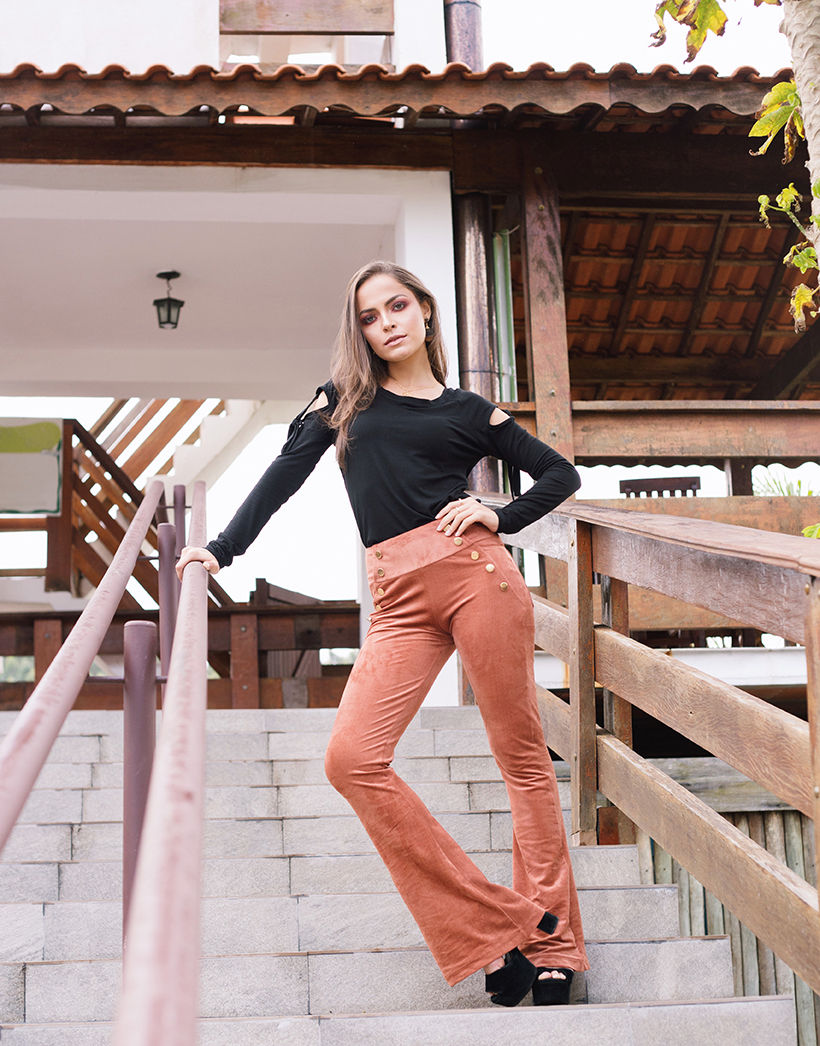 Blusa preta com detalhes vazados nos ombros combinada com calça de suede caramelo - ROSÁLIA STORE para STYLING TIP