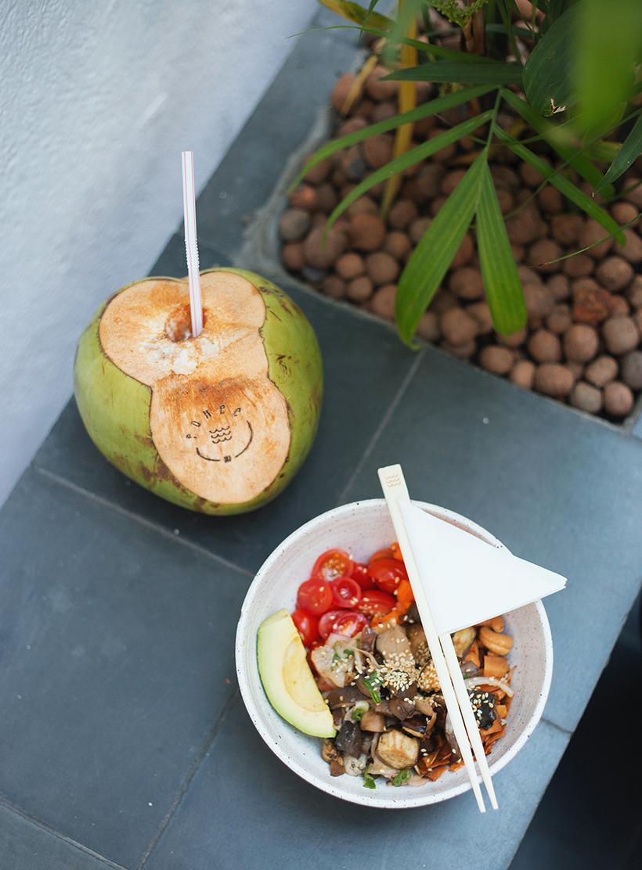 Hi pokee - Poke customizável vegetariano com água de coco.