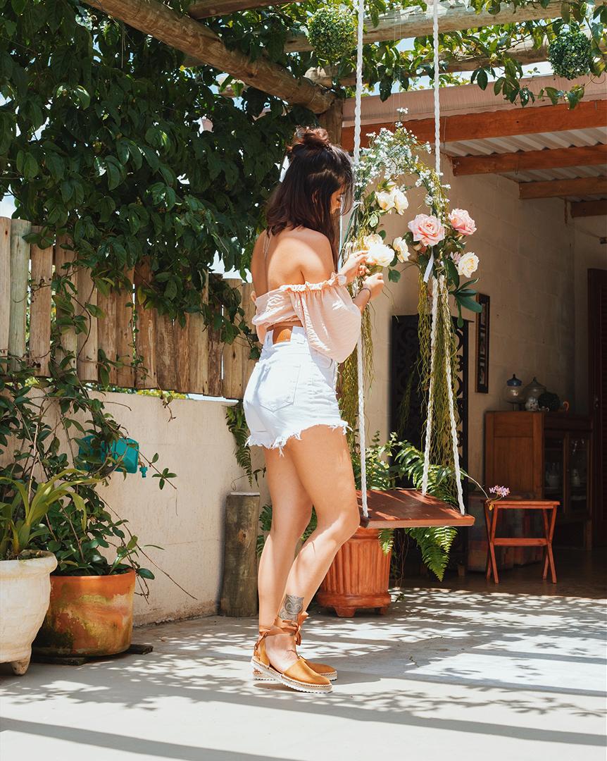 Look com blusa ciganinha e shorts - Editorial produzido pelo STYLING TIP para Espaço Muna